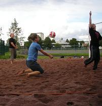 Beachvolleyta käytiin pelaamassa kesällä 13 kertaa. Auringonpaisteessa, rankkasateessa ja kaikilla kesän keleillä. Kehitystä ei tapahtunut.