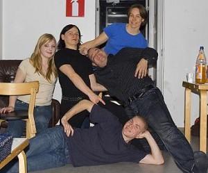 Joukkue, joka voitti pikkujoulukisan 2006: Henriikka, Joni, Suvi, Toni ja Matti.